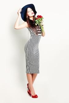 Modelo mulher com rosas vermelhas