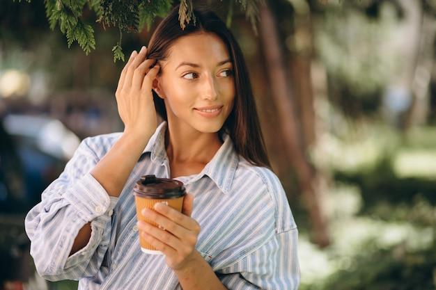 Modelo mulher, em, camisa homem, café bebendo