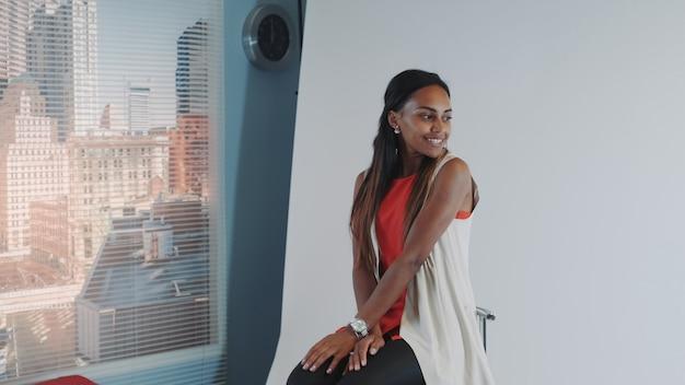 Modelo multiétnico posando para sessão de fotos de revista de moda.