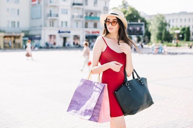 Modelo na moda com sacolas de compras