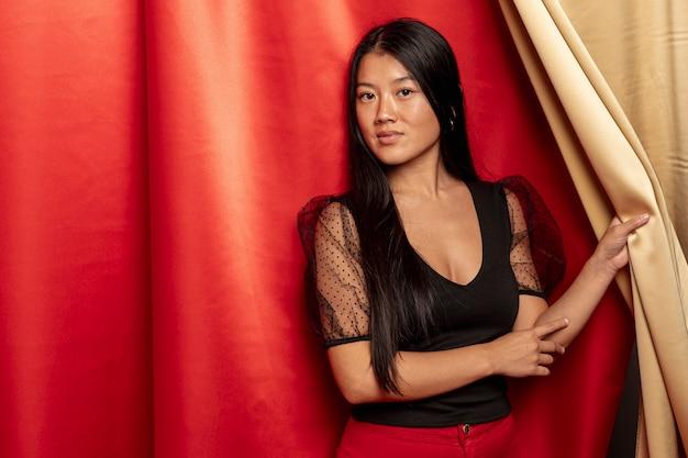 Modelo posando com cortina para o novo ano chinês
