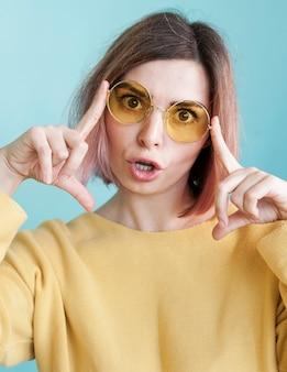 Modelo posando com óculos em estúdio