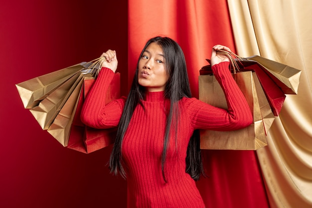 Modelo posando com sacos de papel para o ano novo chinês