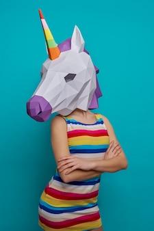 Modelo posando com unicórnio 3d de papel na cabeça.