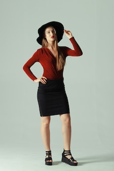 Modelo posando de chapéu