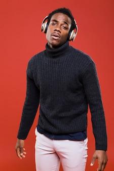 Modelo preto posando com fones de ouvido