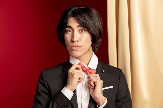 Modelo que fixa sua gravata borboleta para o ano novo chinês