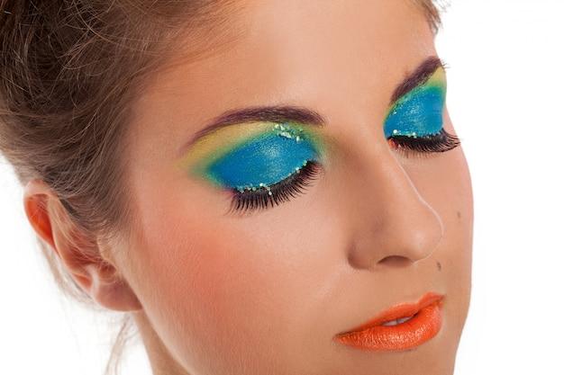 Modelo quente jovem com maquiagem lábios laranja