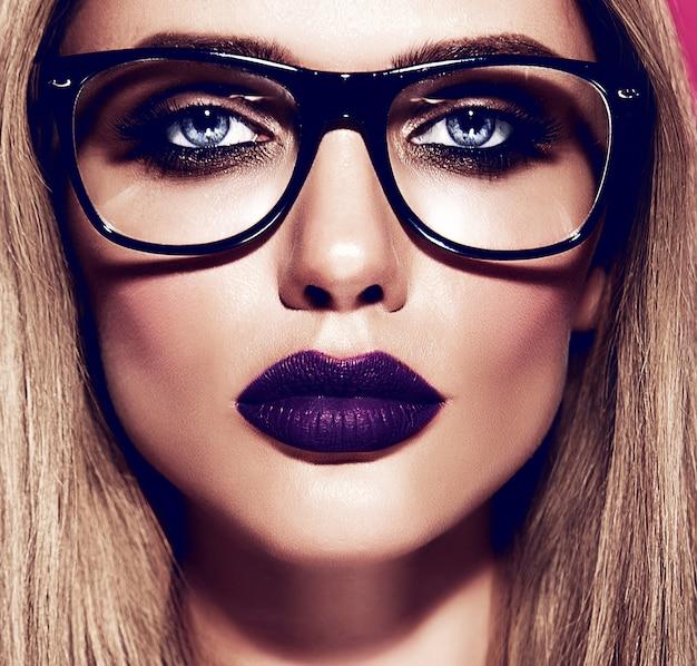 Modelo quente linda mulher loira com maquiagem diária fresca com lábios azuis escuros cor e pele limpa e saudável em copos