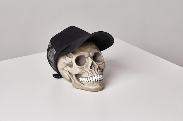 Modelo realista de um crânio humano com dentes