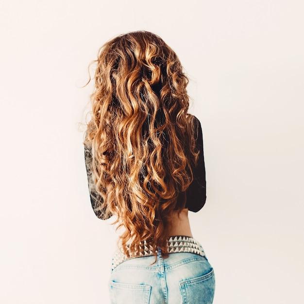 Modelo ruivo com luxuoso cabelo longo cacheado. vista de trás