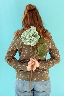 Modelo segurando a vista traseira da flor