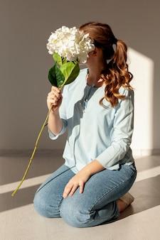 Modelo segurando flor grande
