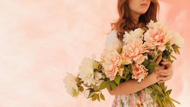 Modelo segurando lindas flores