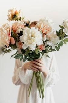 Modelo segurando lindo buquê de flores