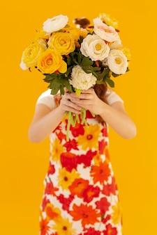 Modelo segurando o buquê de flores da primavera