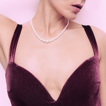 Modelo sensual em lingerie vintage de luxo. corpo em veludo. tendência de lingerie