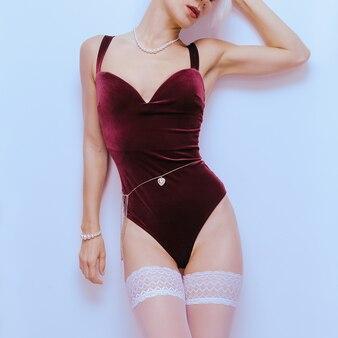 Modelo sensual em lingerie vintage sexy. corpo em veludo. tendência de roupa íntima