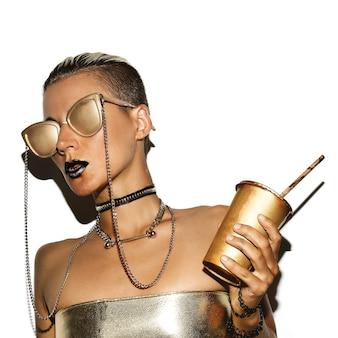 Modelo sexy estilo swag luxo. gold party. óculos de ouro.