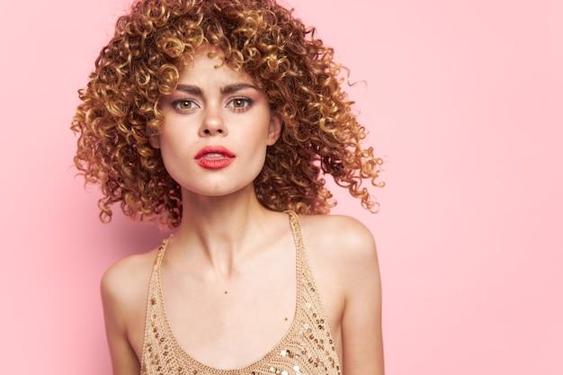 Modelo sexy lábios vermelhos cabelo cacheado estilo de vida rosa camisa de lantejoulas