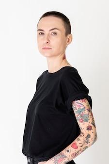 Modelo skinhead com tatuagens em camiseta preta