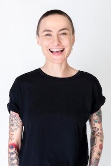 Modelo skinhead feliz com tatuagens em camiseta preta
