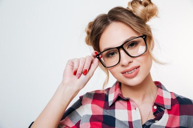 Modelo sorridente de camisa e óculos