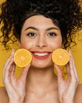 Modelo sorridente de close-up com limões