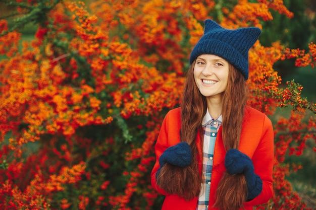 Modelo usando luvas e chapéu de inverno elegante gorro