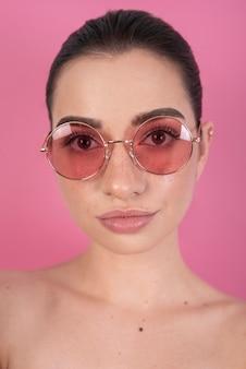 Modelo usando óculos fofos