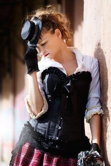 Modelo vestido em estilo vitoriano ou steampunk
