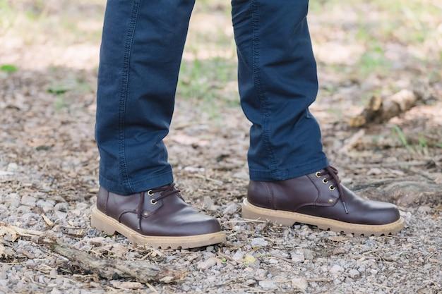 Modelo vestindo calças de carga de cor azul ou calças de carga