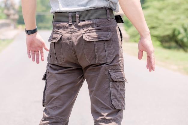 Modelo vestindo calças de carga de cor marrom ou calças de carga