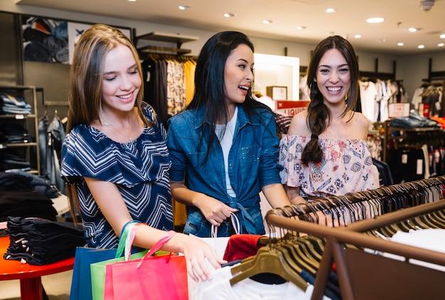 Modelos animados na loja de roupas
