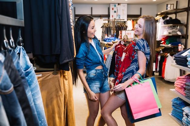 Modelos brincalhões posando na loja de roupas