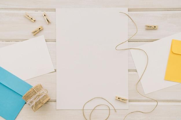 Modelos com envelopes e cordões com pinças de roupa