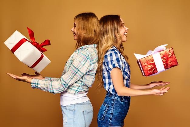 Modelos com grandes caixas de presente posando
