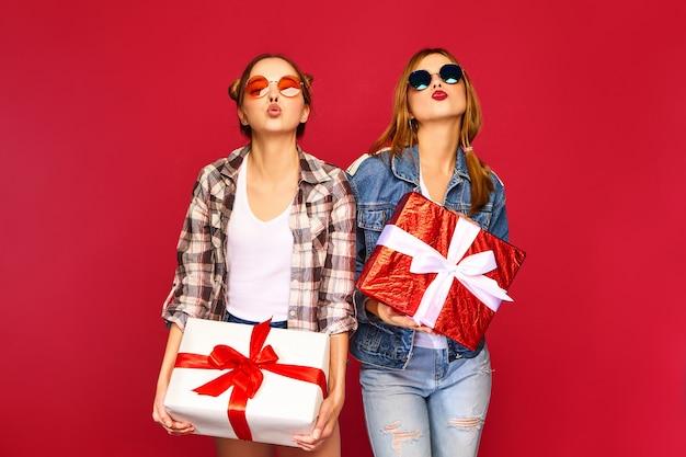 Modelos com grandes caixas de presente