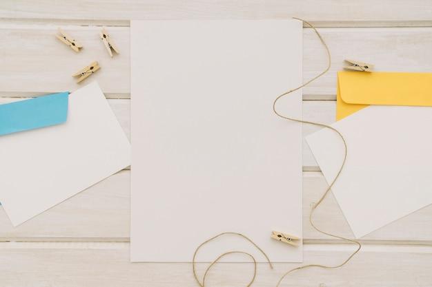 Modelos, cordões, pinças de roupa e envelopes