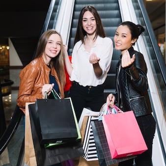 Modelos de conteúdo com sacos de papel no shopping