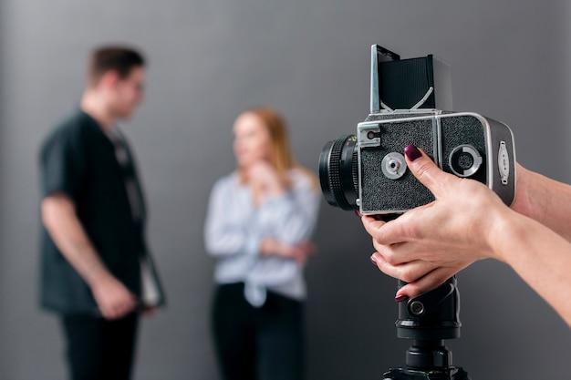 Modelos de fotos desfocadas e câmera de visão frontal focada