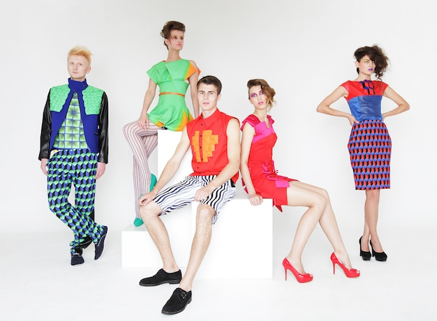 Modelos de moda elegantes jovens