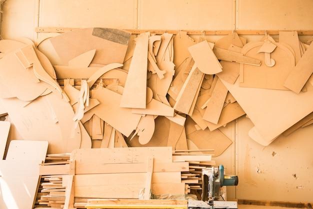 Modelos de móveis de madeira pendurados na oficina