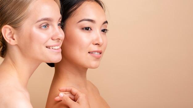 Modelos de smiley close-up posando juntos