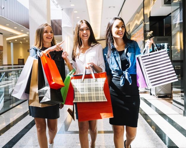 Modelos elegantes posando no shopping