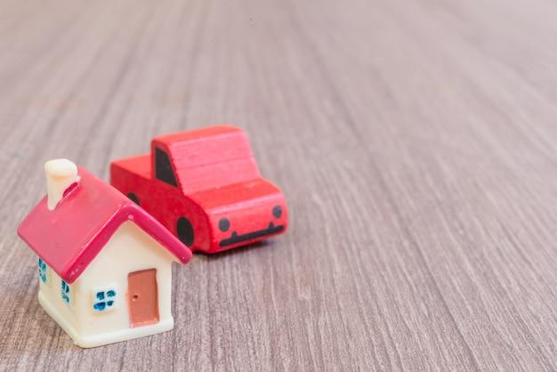 Modelos em miniatura de casa e carro
