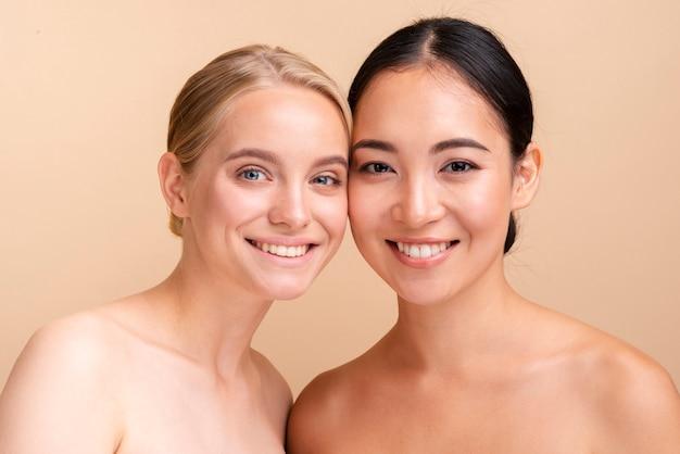 Modelos felizes de close-up posando juntos