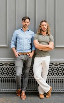Modelos masculinos bonitos posando juntos
