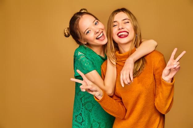 Modelos positivos posando com seus vestidos