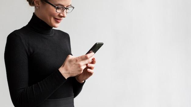 Moder, close-up, mulher, usando, móvel